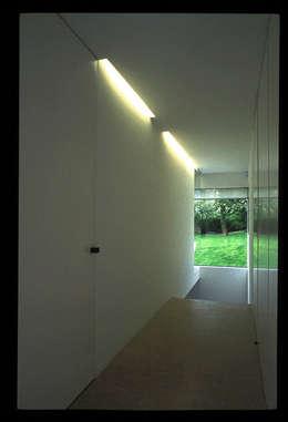 Essential house: Couloir et hall d'entrée de style  par Jacques Vanharen