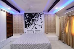 Master Bed Room: eclectic Bedroom by KREATIVE HOUSE