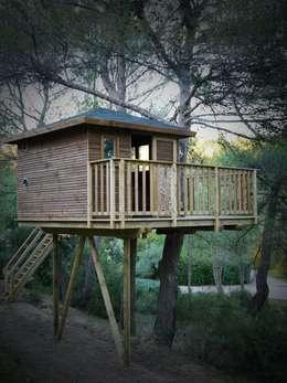 Une cabane perchée dans les pins: Chambre d'enfant de style de style Méditerranéen par Cabaneo