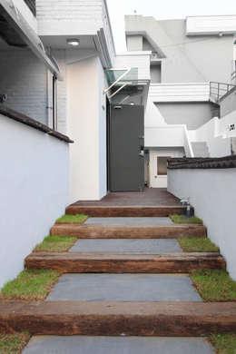 여좌동주택: 핸디디자인 의  주택