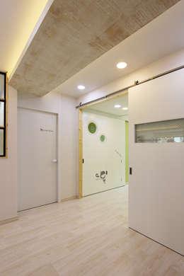 진해 자은동 주택 : 핸디디자인 의  거실