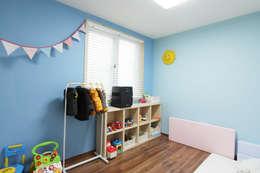 Dormitorios infantiles de estilo moderno por 핸디디자인