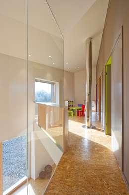 Maison passive Servais - Van de Veken: Couloir et hall d'entrée de style  par artau architectures