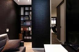 Elegancki apartament, w którym  króluje czerń: styl , w kategorii Domowe biuro i gabinet zaprojektowany przez FLOW Franiak&Caturowa