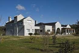 Casa V: Casas de estilo clásico por Estudio PM