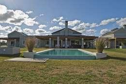 Casa V: Piletas de estilo clásico por Estudio PM