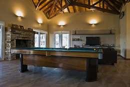 Casa V: Livings de estilo clásico por Estudio PM