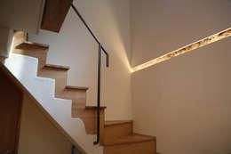 계단실 : IEUNG Architect의  복도 & 현관