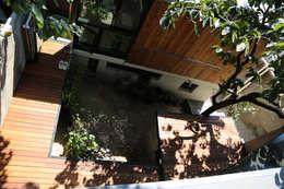 중정데크 : IEUNG Architect의  주택