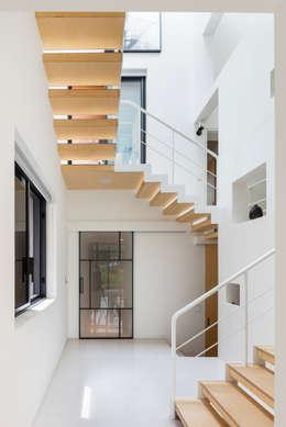 Gang en hal door aandd architecture and design lab.
