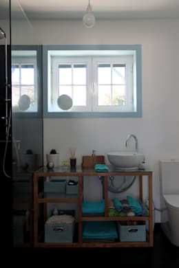 minimalistic Bathroom by crónicas do habitar