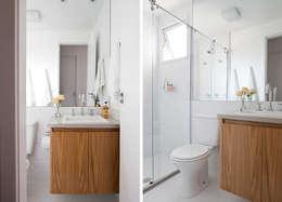 Baños de estilo escandinavo por INÁ Arquitetura