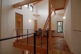 ヘリンボーンと吹抜けのある書斎空間: 株式会社TERRAデザインが手掛けた書斎です。