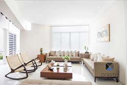 Salas de estar ecléticas por PORTO Arquitectura + Diseño de Interiores