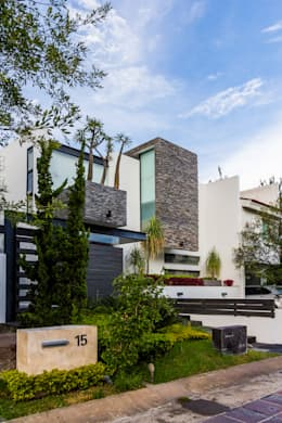 29 dise os de jardines que har n lucir el frente de tu casa for Casa con jardin al frente