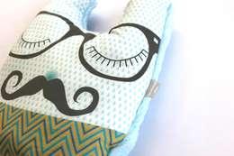 Coussin Monsieur Moustache: Chambre d'enfants de style  par mimipouapoua