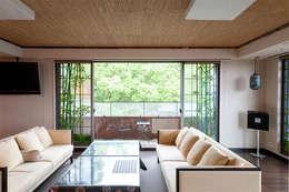 正面より全景: マルグラスデザインスタジオが手掛けたリビングルームです。