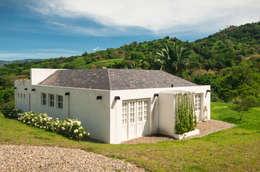 Fachada y Entrada a la Casa: Casas de estilo moderno por SDHR Arquitectura