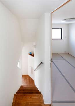 母の居室: atelier mが手掛けた寝室です。