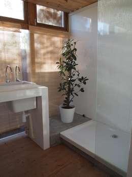 Baños de estilo mediterráneo por ABCDEstudio