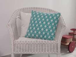 Coussin géométrique bleu turquoise à passepoil doré déhoussable 40 x 40 cm: Chambre d'enfants de style  par filkanai