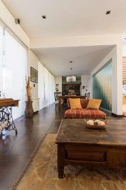 Salas / recibidores de estilo moderno por Carbone Fernandez Arquitectos