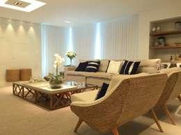 AH HOUSE: Salas de estar modernas por Hipérbato Arquitetura