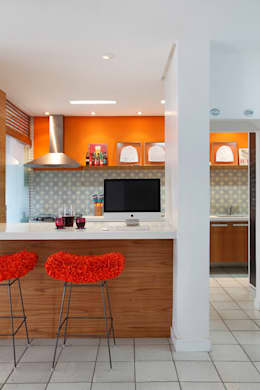 Cocinas de estilo moderno por Adoro Arquitetura