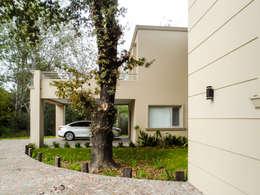 Casas de estilo clásico por Carbone Fernandez Arquitectos