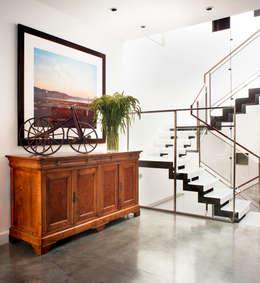 Pasillos y recibidores de estilo  por Antonio Martins Interior Design Inc