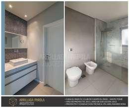 Casa El paso IV: Baños de estilo moderno por ARRILLAGA&PAROLA