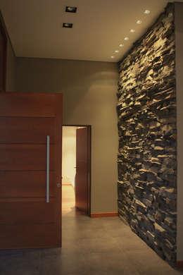 Corridor & hallway by JORGELINA ALVAREZ  I arquitecta I