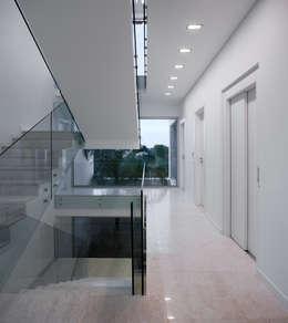 Pasillos y recibidores de estilo  por MOM - Atelier de Arquitectura e Design, Lda