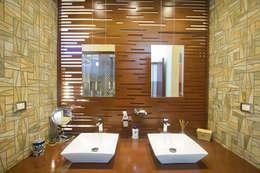 Lavabos y celosia de madera: Baños de estilo  por Arq Mobil