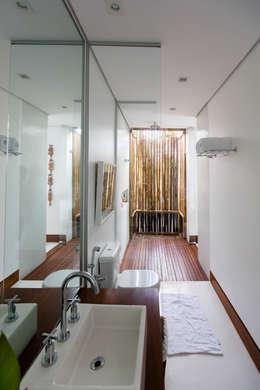 tropical Bathroom by Antônio Ferreira Junior e Mário Celso Bernardes