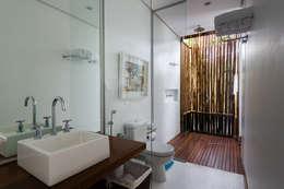 Baños de estilo tropical por Antônio Ferreira Junior e Mário Celso Bernardes