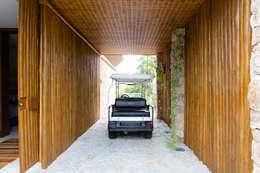 Garage / Hangar de style de style Tropical par Antônio Ferreira Junior e Mário Celso Bernardes