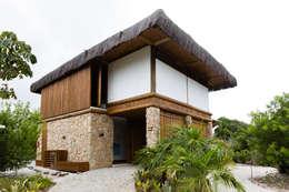 Residência Praia do Forte: Casas tropicais por Antônio Ferreira Junior e Mário Celso Bernardes