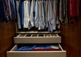 Vestidores y closets de estilo moderno por LUSIARTE