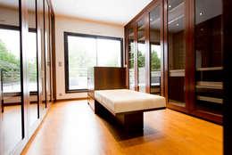 Villa Noisy le Grand: Dressing de style de style Moderne par LUSIARTE