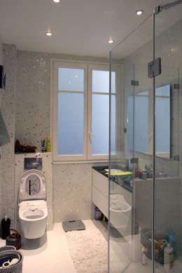 Rénovation d'un appartement haussmannien à Paris: Salle de bains de style  par Olivier Stadler Architecte