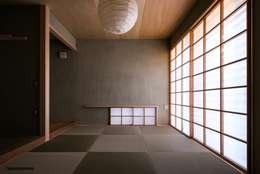 静かでモダンな和室(La cuarto del estilo japonés tranquilo, moderno.): アグラ設計室一級建築士事務所 agra design roomが手掛けたリビングです。