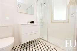 Banheiros modernos por EU INTERIORES
