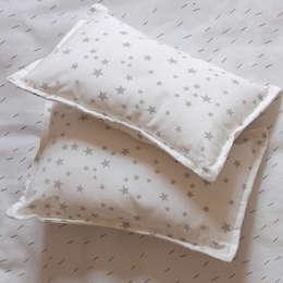 Almohadones para cuna estrellitas gris: Dormitorios infantiles  de estilo  por bla bla textiles