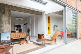 Cobertura Gávea: Salas de estar industriais por m.o.o.c. móveis objetos e outras coisas