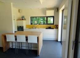 Maison  basse énergie à Wavre: Cuisine de style de style Moderne par Bureau d'Architectes Desmedt Purnelle