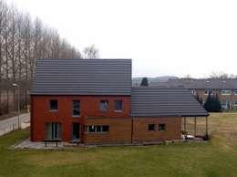 Maison passive en bois, à Gembloux: Maisons de style de style Moderne par Bureau d'Architectes Desmedt Purnelle