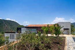 Projekty, nowoczesne Domy zaprojektowane przez BURO ARQUITECTURA