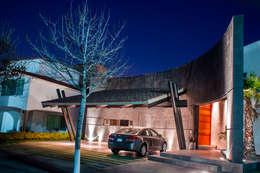 FACHADA PRINCIPAL: Casas de estilo moderno por GRUPO VOLTA