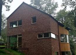 Une maison passive dans les bois, à Céroux-Mousty: Maisons de style de style Moderne par Bureau d'Architectes Desmedt Purnelle